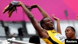 Usain Bolt de la Jamaïque amuse les spectateurs pendant la compétition féminine aux Mondiaux d'athlétisme, Londres, 12 août 2017.