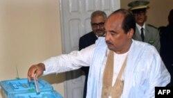 Le président mauritanien Mohamed Ould Abdel Aziz a voté pour les élections législatives, régionales et locales dans un bureau de vote, à Nouakchott, le 1er septembre 2018.