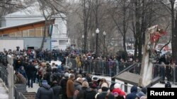 مقتول رہنما کے آخری دیدار کے لیے جمع ہونے والے افراد کی قطار ایک کلومیٹر سے بھی زیادہ طویل تھی۔