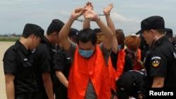 台湾电信诈骗嫌疑人在中国警察押送下被柬埔寨驱逐出境(2016年6月24日)