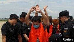 台灣電訊詐騙嫌疑人在中國警察押送下被柬埔寨驅逐出境(2016年6月24日)