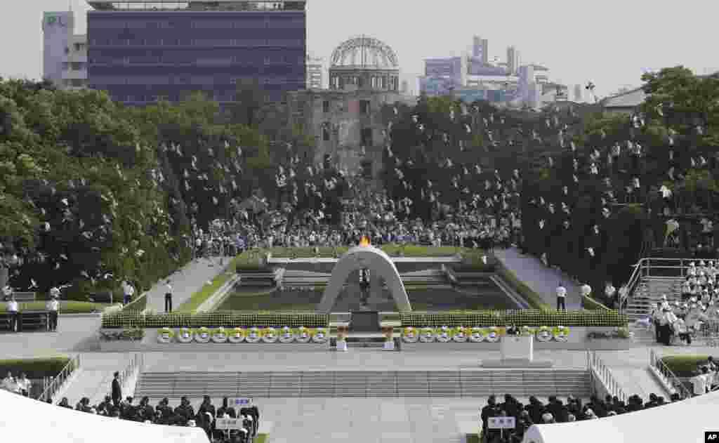 일본 히로시마 평화 기념공원에서 6일 원자폭탄 투하 68주년을 맞아 당시의 희생자들을 추모하기 위한 비둘기를 날리고 있다.