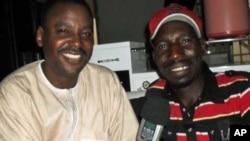 """Ibrahim Alfa Ahmed (a hagu), yana hira da Aminu Aliyu Baba Kofar Nassarawa, wanda aka fi sani da sunan """"Baba Ari"""" ranar Litinin, 13 Yuni, 2011 a Kano"""