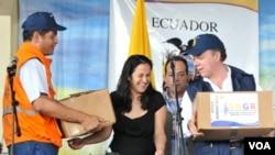 El presidente Juan Manuel Santos recibió la ayuda entregada por Ecuador a los damnificados por la tragedia invernal.