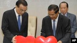 柬埔寨首相洪森和中国总理李克强在金边的一个签字仪式上。(2018年1月11日)