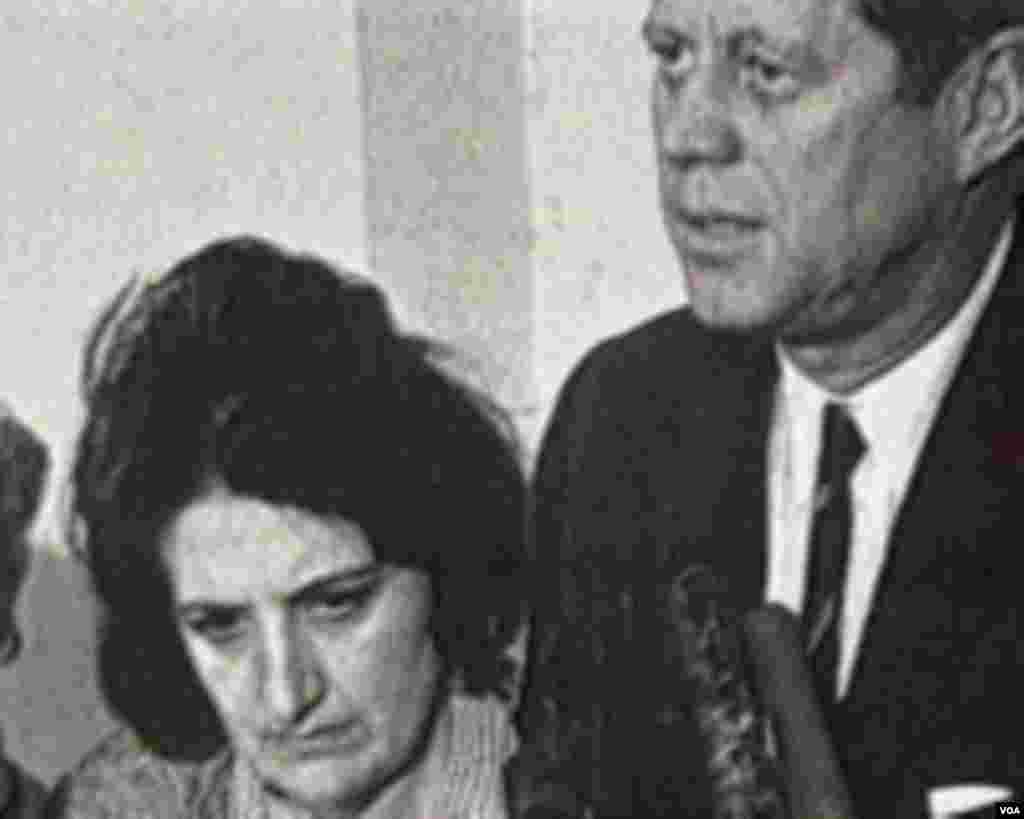 Helen Tomas ABŞ-ın keçmiş prezidenti Con Kennedinin mətbuat konfransı zamanı.