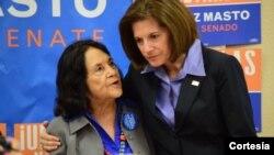 La candidata al Senado por el estado de Nevada, Catherine Cortez Masto, derecha, junto a la activista Dolores Huerta. De ser elegida reemplazará al líder demócrata Harry Reid.