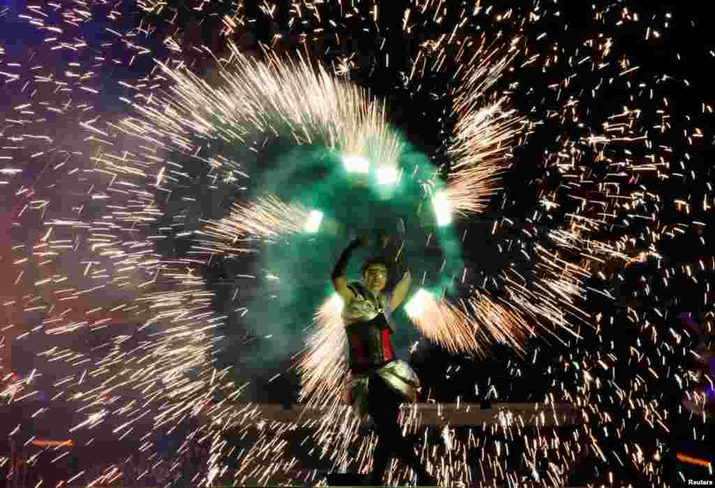 សិល្បករម្នាក់សម្តែងក្នុងពិធីបុណ្យ Kyiv Fire Fest ប្រចាំឆ្នាំនៅក្នុងក្រុង Kyiv ប្រទេសអ៊ុយក្រែន កាលពីថ្ងៃទី១១ ខែមិថុនា ឆ្នាំ២០១៦។