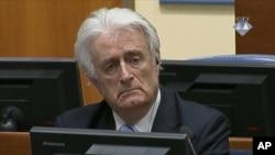 លោក Radovan Karadzic ស្តាប់សេចក្តីសម្រេចលើការកាត់ទោសលោក នៅអង្គជំនុំជម្រះឧក្រិដ្ឋកម្មអន្តរជាតិរបស់អង្គការសហប្រជាជាតិសម្រាប់អតីតយូហ្គោស្លាវី នៅក្នុងទីក្រុងឡាអេ ប្រទេសហូឡង់ កាលពីថ្ងៃទី២៤ ខែមីនា ឆ្នាំ២០១៦។