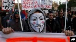 "Demonstrant nosi masku i izvikuje parole toko ""Protesta protiv diktature"", Beograd, 9. aprila 2017. (AP Photo/Darko Vojinovic)"