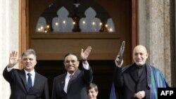 Tổng thống Thổ Nhĩ Kỳ Abdullah Gul (trái), Tổng thống Pakistan Asif Ali Zardari (giữa) và Tổng thống Afghanistan Hamid Karzai (phải) tại Istanbul, ngày 1/11/2011