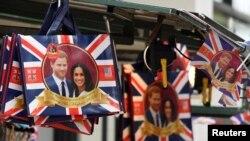 Penjualan pernak-pernik peringatan upacara pernikahan Pangeran Harry dari Inggris dan tunangannya artis Amerika, Meghan Markle, di Oxford Street di London, Inggris, 11 Mei 2018.