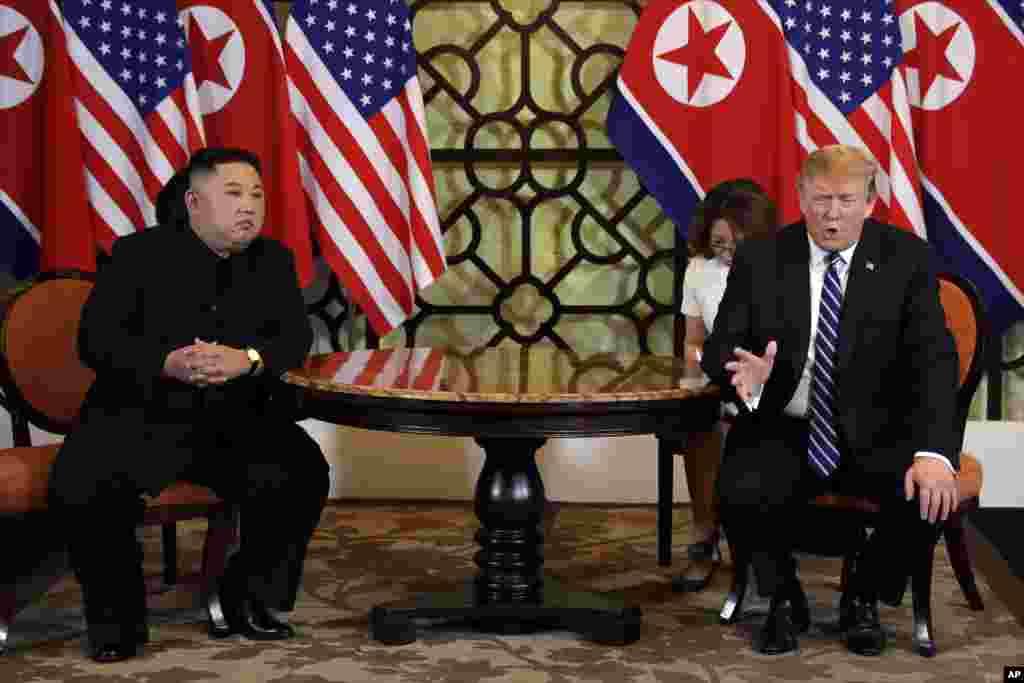 در بین دو نشست رهبران کره شمالی و آمریکا، خبرنگاران برای فرصتی کوتاه سوالات خود را از پرزیدنت ترامپ و کیم جونگ اون پرسیدند. پرزیدنت ترامپ هم در پاسخ به سوالی گفت، گفتگوهای سازنده ای و ارتباط بهتری از گذشته داشته ایم. خبرنگاری از کیم جونگ اون پرسید آیا با خلع سلاح موافق است؟ که او پاسخ داد: اگر موافق نبودم، الان اینجا حضور نداشتم.