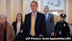 Sandy se povinovao obavezujućem sudskom pozivu koji mu je upućen da svjedoči iza zatvorenih vrata
