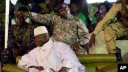 Le président sortant gambien Yahya Jammeh entouré de sa garde militaire à Banjul, Gambie, 29 novembre 20163.