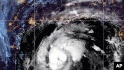 Citra satelit yang disediakan oleh National Oceanic and Atmospheric Administration (NOAA) ini menunjukkan Badai Tropis Zeta, Rabu, 28 Oktober 2020, pukul 10:52 GMT (06:52 EDT). (NOAA / NESDIS / STAR melalui AP)