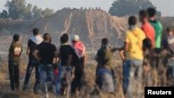 Para demonstran Palestina di Jalur Gaza bentrok dengan pasukan keamanan Israel yang berlindung di balik bukit pasir (foto: dok). Laporan PBB mengatakan, jumlah penduduk Gaza akan lebih dari dua kali lipat dalam sekitar 30 tahun.