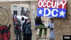 Para pengunjuk rasa menolak untuk membongkar bangunan semi permanen yang mereka dirikan di Lapangan McPherson, Washington DC (4/12) .