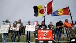 Los Pieles Rojas enfrentan otra protesta por el nombre del equipo a su llegada a Minnesota.