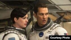 """Hai diễn viên Matthew McConaughey và Ann Hathaway trong bộ phim """"Interstellar""""."""