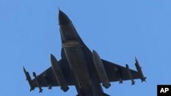 미사일을 장착한 터키공군전투기가 터키 남부 아다나 공군기지를 이륙하고 있다