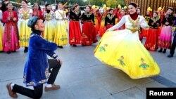 Célébration du 60è anniversaire de la région autonome ouïghoure du Xinjiang, Urumqi, Xinjiang, Chine, le 1er octobre 2015.