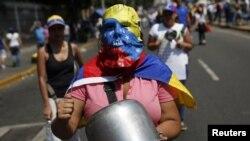 세계 여성의 날인 8일 베네수엘라의 수도 카라카스에서 여성 시위대가 빈 냄비를 두드리며 행진하고 있다.