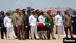 Quan tài của cố Tổng thống Mandela được đưa ra máy bay sau lễ tiễn biệt tại căn cứ không quân Waterkloof ở Pretoria, 14/12/2013