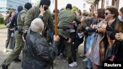 Cảnh sát bắt bớ người biểu tình ở Minsk, Belarus hôm 12/9/2020