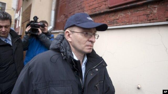 Dmitry Kratov, viên chức duy nhất bị truy tố về cái chết của luật sự Magnitsky rời tòa án sau khi được tuyên bố trắng án, 28/12/12