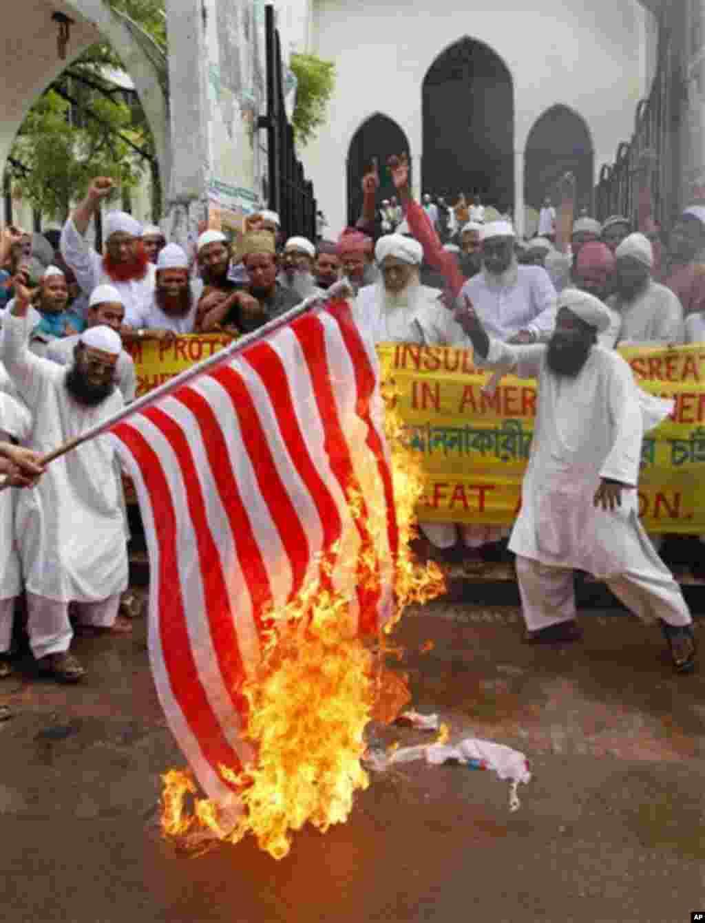 13일 방글라데시 다카에서 미국에서 제작된 무함마드 관련 영화에 항의하며 성조기를 불태우는 시위대.