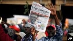 Para pendukung Uhuru Kenyatta meluapkan kegembiraan mereka atas kemenangan calon unggulan mereka dalam Pemilihan Presiden Kenya di Nairobi, Kenya (9/3).