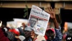 肯尼亞總統候選人肯雅塔的支持者星期六在內羅畢慶祝肯雅塔贏得選舉。