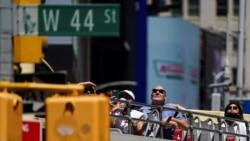 Para turis menaiki bus wisata kota New York di tengah pandemi COVID-19 di Manhattan, New York, 14 Mei 2021.