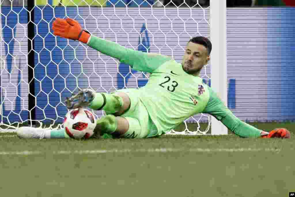 در دیگر بازی مرحله حذفی یکهشتم، «دنیجل ساباسیک» دروازهبان کرواسی با مهار پنالتی موجب حذف تیم ملی دانمارک شد.