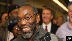 Ricky Jackson tersenyum setelah dinyatakan bebas bulan November lalu. Kini Jackson juga akan mendapat kompensasi atas waktu ia habiskan di penjara.
