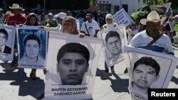 Родственники держат фотографии пропавших студентов, требуя от правительства найти их. Штат Герреро, Мексика. 27 ноября 2014.