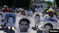 Familiares dos 43 estudantes do centro de formação de professores, Iguala, México