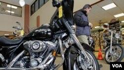 Seorang calon pembeli mengagumi motor Harley-Davidson di sebuah dealer di Springfield, Illinois.