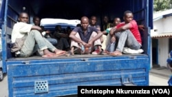 Wasu 'yan kasar Burundi da ake shirin mayar da su kasarsu daga Jamhuriyar Dimokradiyar Conko, ranar 31 ga watan Janairu 2017. (VOA/Christophe Nkurunziza)
