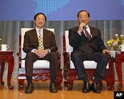 台湾领袖代表连战(右)和台湾内政部长江宜桦