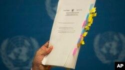 유엔 북한인권조사위원회의 마이클 커비 위원장이 17일 스위스 제네바에서 열린 기자회견에서 최종보고서를 들어 보이고 있다.