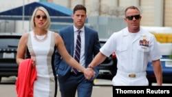 Спецназовец Эдвард Галлахер, его адвокат и супруга перед началом заседания в Военном суде Сан-Диего, 1 июля 2019 года
