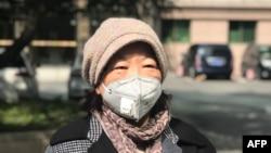 中国作家方方在武汉对媒体讲话。 (2020年2月22日)