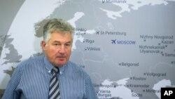 러시아 코갈림아비아 항공의 알렉산더 스미르노프 운항이사가 2일 추락한 여객기와 관련하여 모스크바에서 기자회견을 하고 있다.