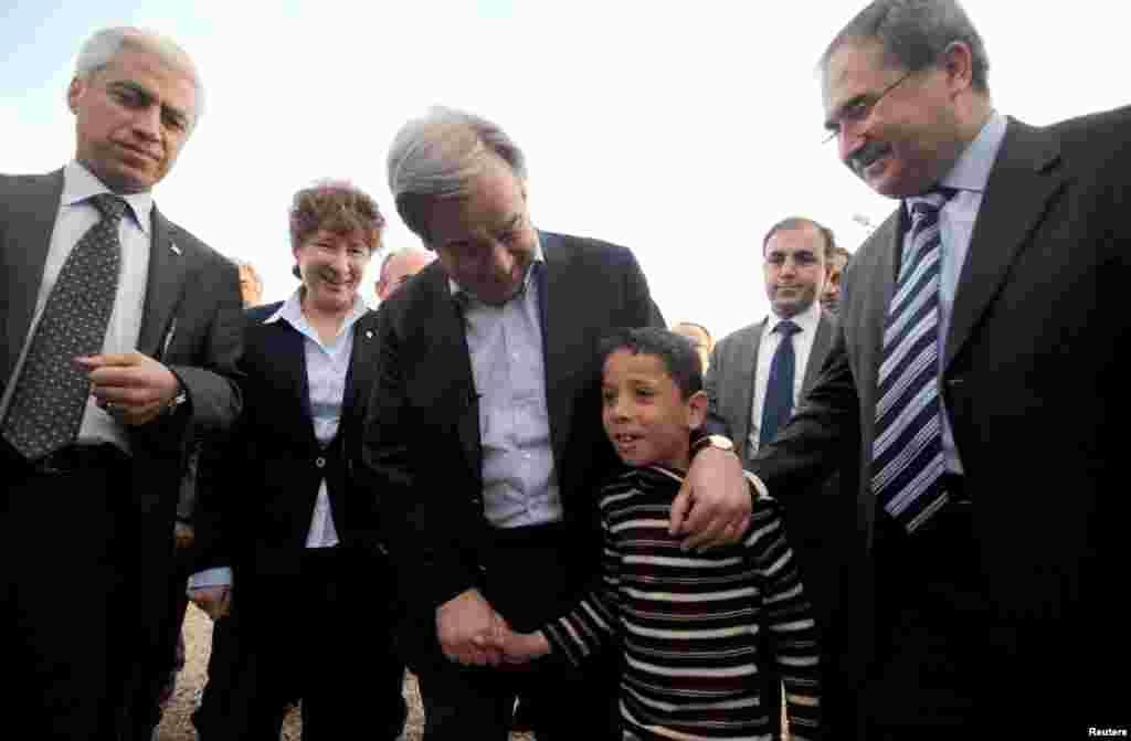 BMTning Qochqinlar masalalari bo'yicha oliy komissari Antonio Guteres Turkiyada suriyalik qochqinlar shaharchasini ko'zdan kechirmoqda. 10-mart, 2013-yil