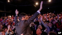 法国总统候选人菲永向支持者挥手示意(资料图)