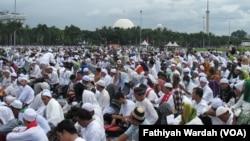 "Ratusan ribu orang melakukan aksi bela Islam jilid III di Monumen Nasional (Monas) dan Bundaran Bank Indonesia, Jumat 2 Desember 2016, yang kemudian dikenal sebagai ""Gerakan 212"". (Foto:VOA/Fathiyah Wardah)"