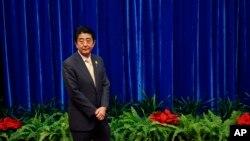Perdana Menteri Jepang Shinzo Abe menungu pertemuan dengan Presiden China Xi Jinping di KTT APEC, Beijing (10/11). (AP/Kim Kyung-Hoon)