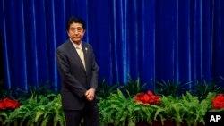 日本首相安倍晉三11月10日在北京等候與中國國家主席習近平會晤資料照。